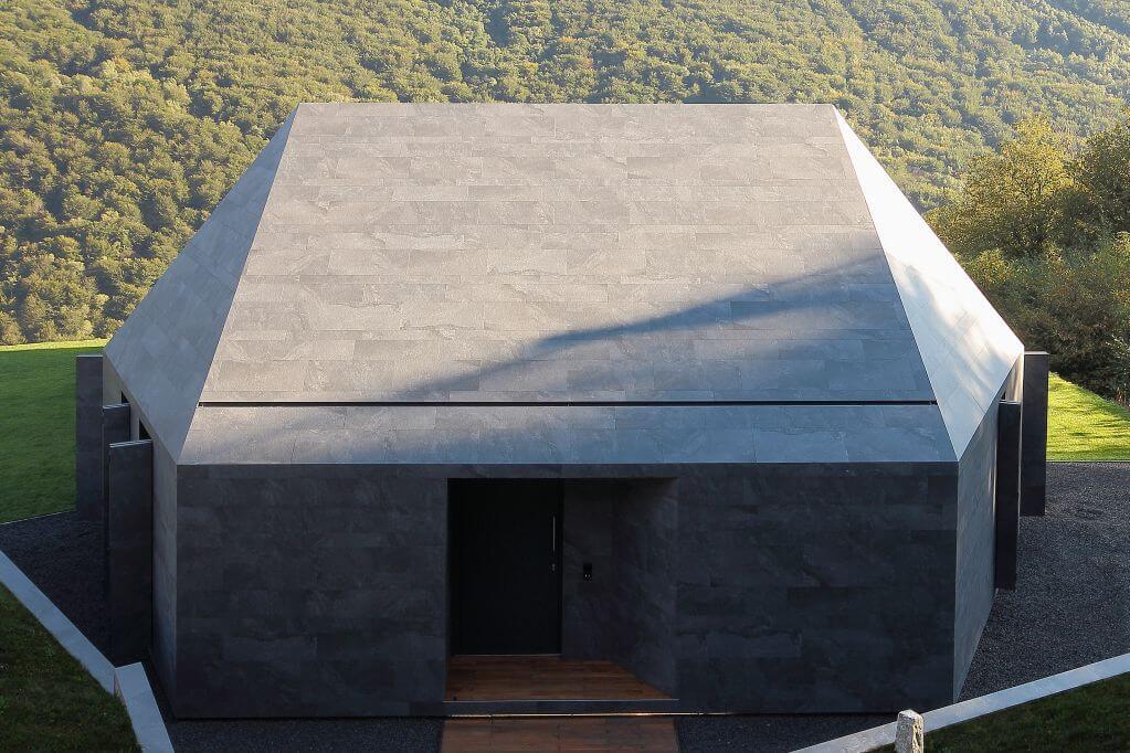 Mái nhà và tường rào cũng được sử dụng khung cách nhiệt để phân cách