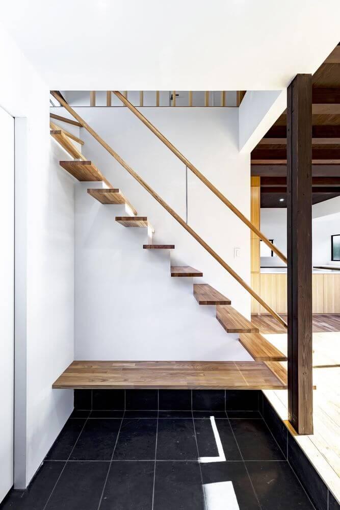 Cầu thang bằng gỗ được thiết kế cho ngôi nhà