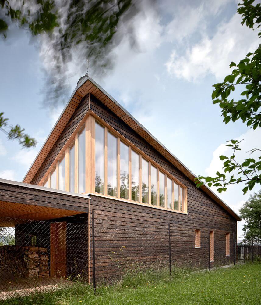 Mái nhà bao gồm một nửa sân hiên