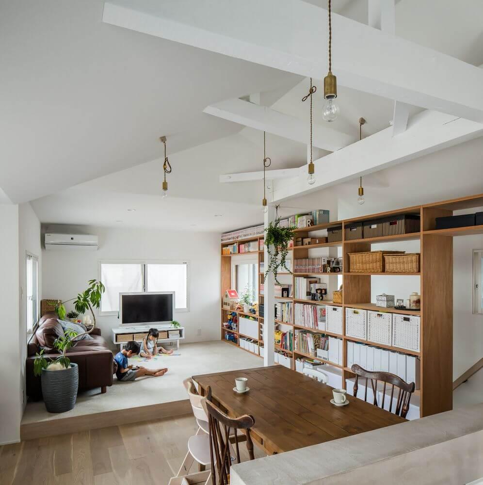 Phòng khách được chuyển lên tầng hai để thu được nhiều ánh sáng tự nhiên hơn