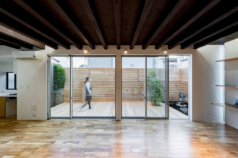 Phòng ngoài trời được thiết kế với hàng rào bằng gỗ