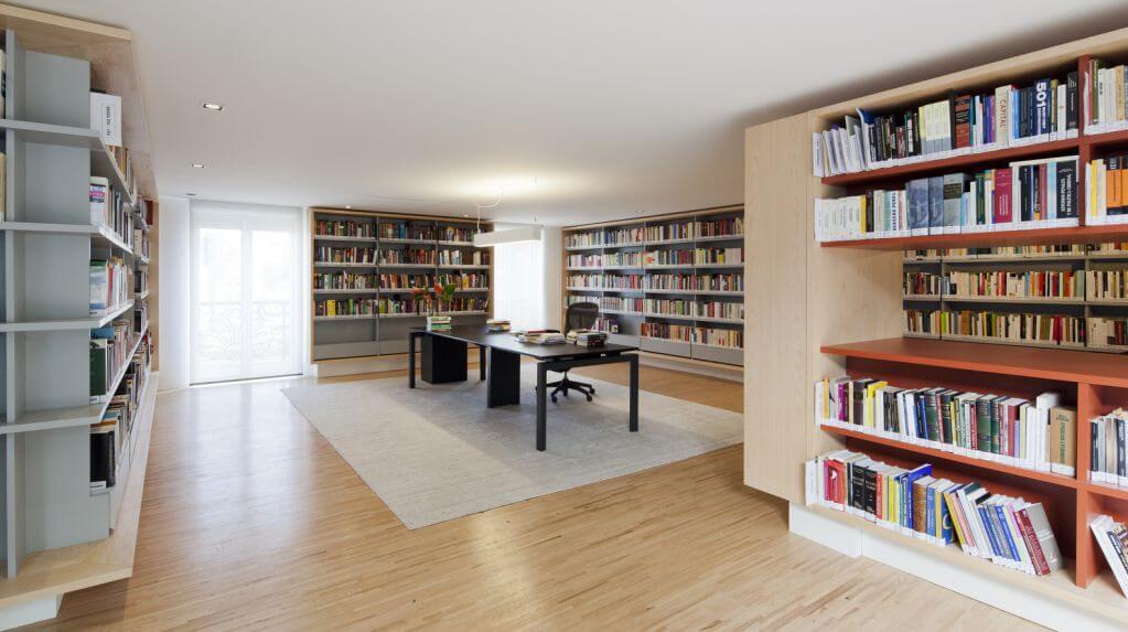 Thiết kế tầng hai với thư viện đọc sách và làm việc
