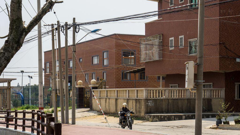 Bề mặt dự án không khác gì những ngôi nhà xung quanh