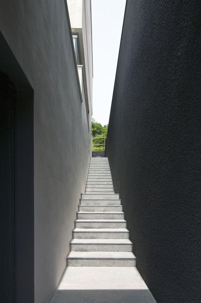 Lối vào cầu thang hẹp giữa hai bức tường