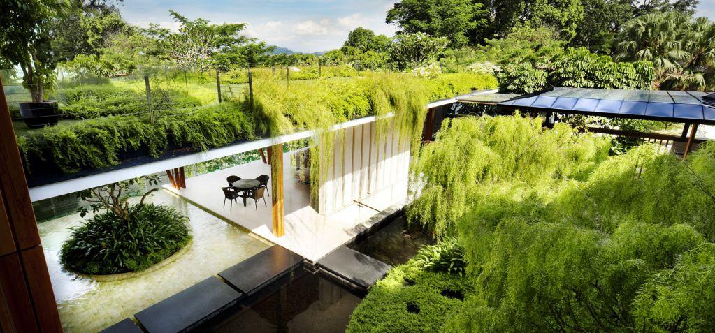 Nước và vườn được thiết kế tạo ra phần chính của ngôi nhà