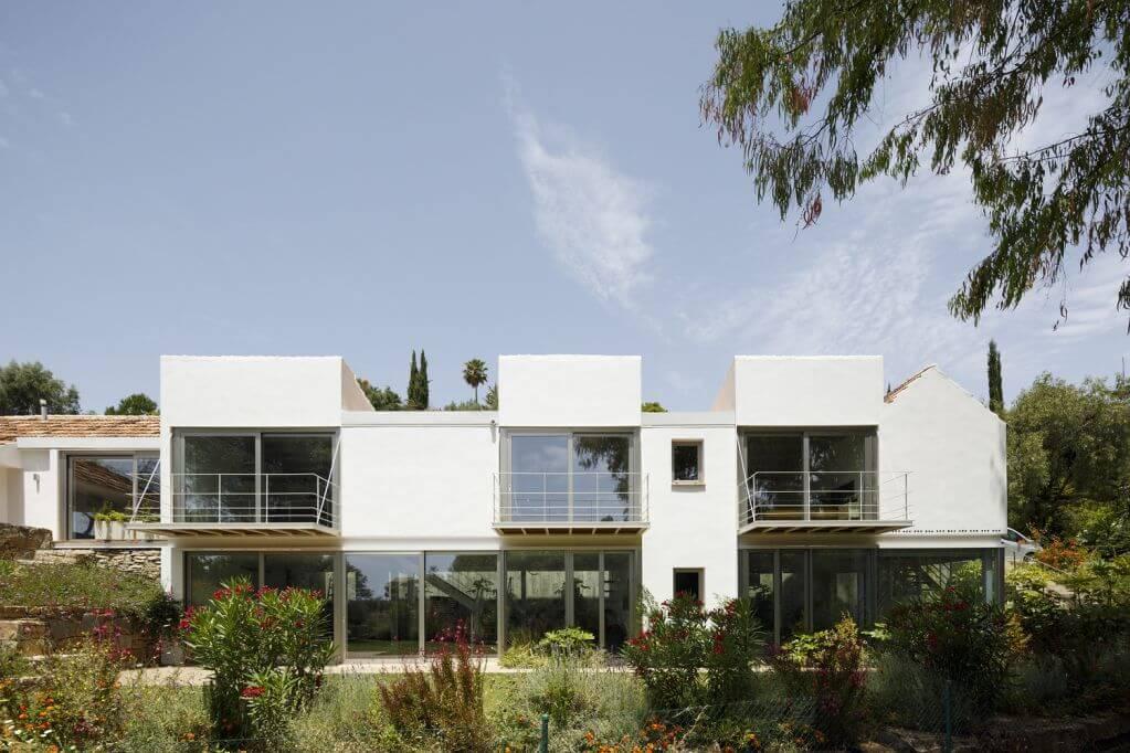 Dự án thiết kế với diện tích rộng và nhiều cây xanh xung quanh