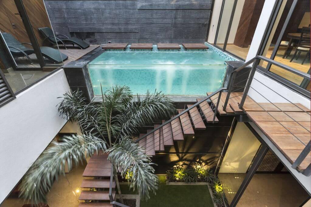Cầu thang được thiết kế bên cạnh hồ bơi