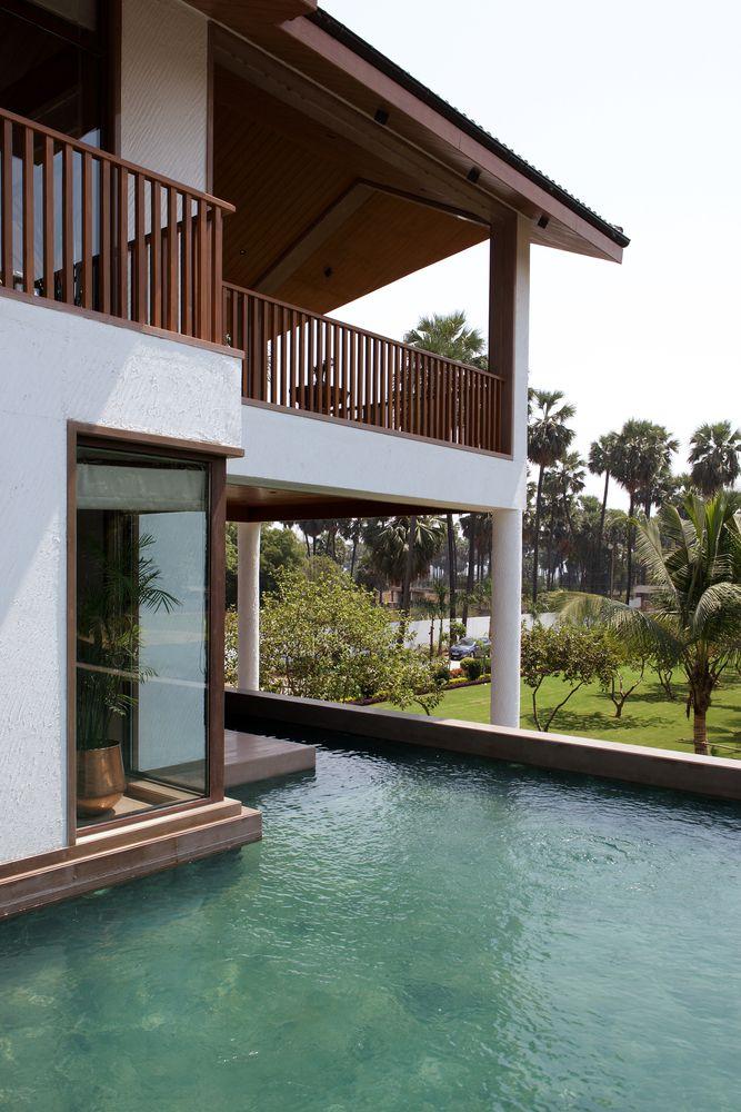 Mỗi khu vực sinh hoạt đều mở ra hồ bơi và cây xanh bên ngoài