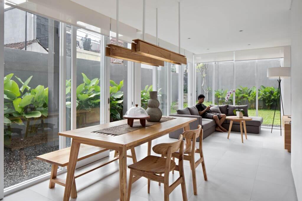 Tường kính tại phòng khách thu hút được nhiều ánh sáng tự nhiên
