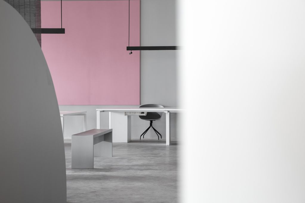 Bảng điều khiển màu hồng được sử dụng làm điểm nhấn