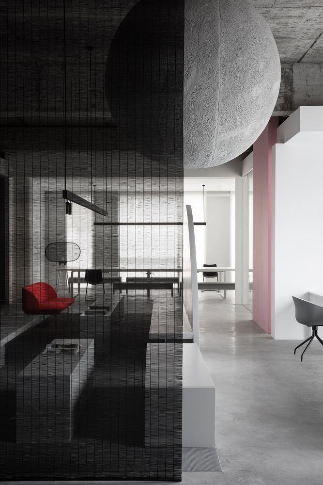 Kết cấu thép của trần nhà tương phản với nội thất