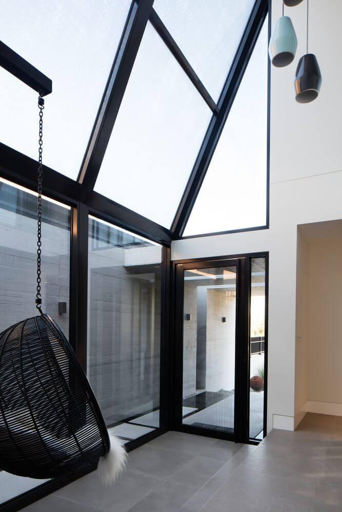 Cửa trượt và cửa sổ được làm bằng kính