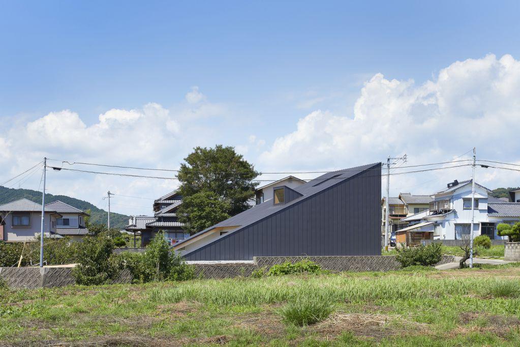 Hình dáng của ngôi nhà tương thích với môi trường xung quanh