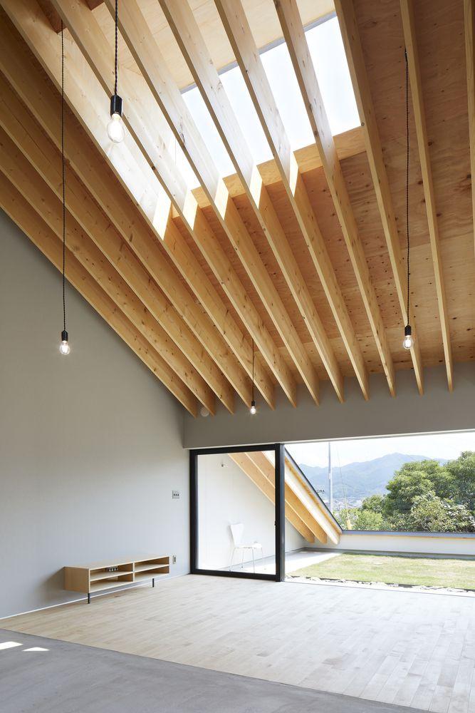 Thanh gỗ thiết kế dọc theo độ dốc của ngôi nhà