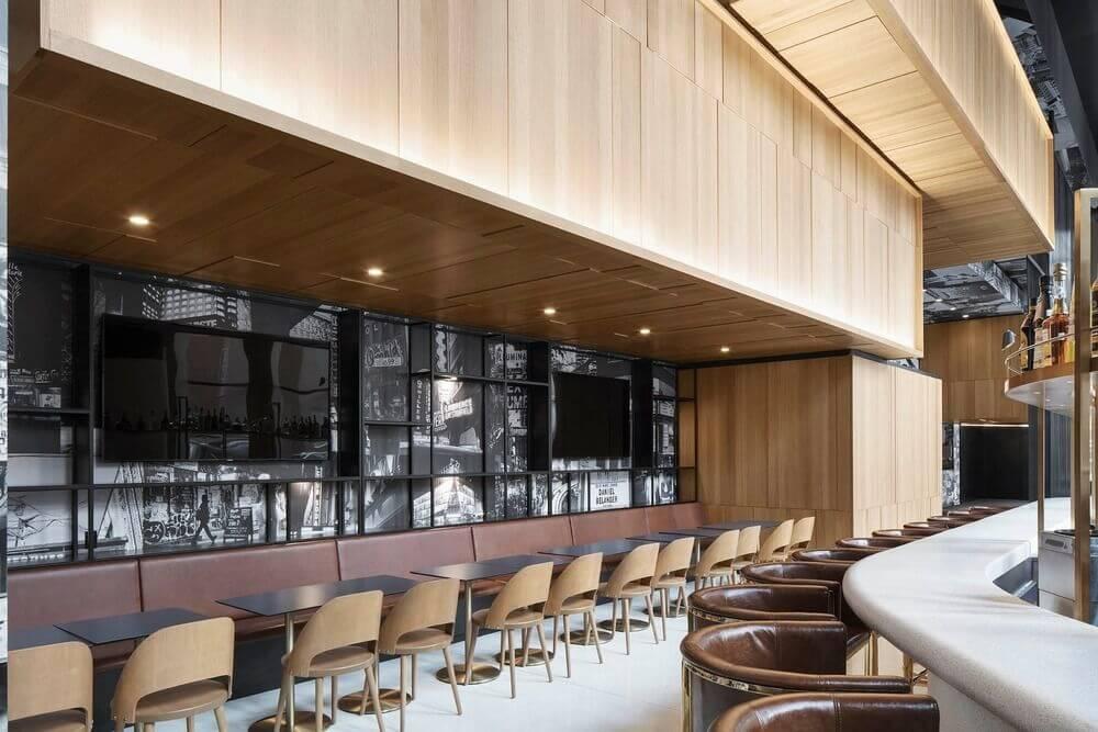 Thiết kế quầy bar với gỗ sồi xung quanh