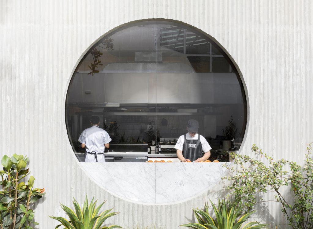 Cửa sổ hình tròn nhìn ra khu vườn từ nhà bếp