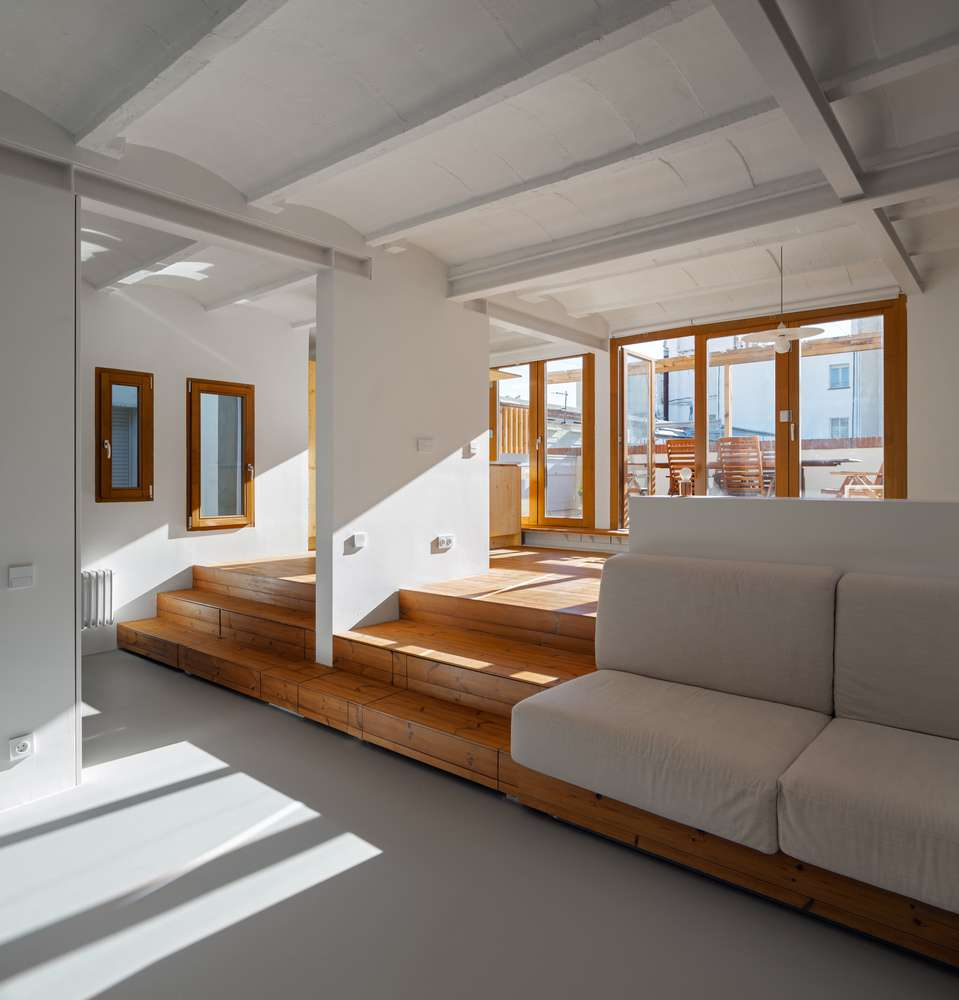 Dự án thiết kế nhà ở Els sử dụng màu sắc chủ đạo là màu trắng, kết hợp với màu gỗ vàng tạo ra sự tương phản hai màu sắc