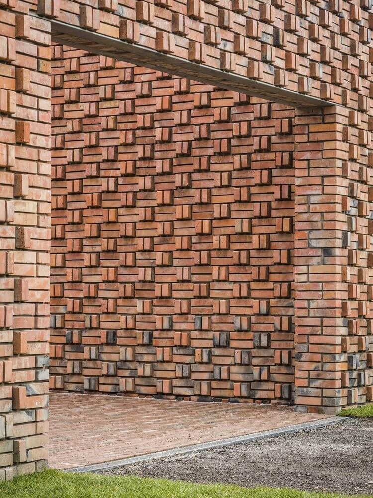 Những bức tường được làm bằng gạch xếp bằng tay