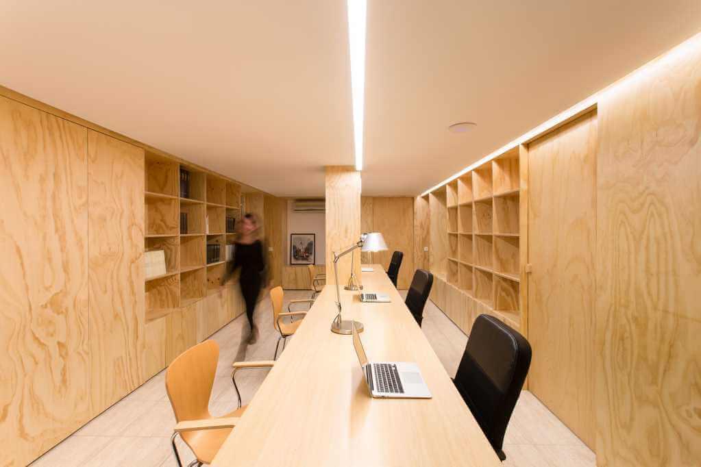 Bàn dài được thiết kế tại trung tâm của văn phòng