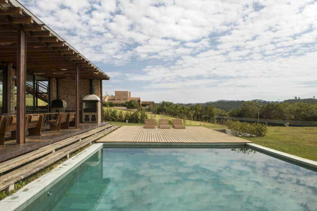 Bể bơi được thiết kế trước mặt tiền của ngôi nhà