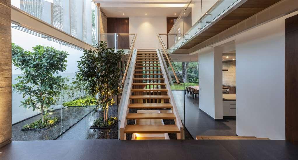 Cầu thang bằng gỗ dán lên tầng hai nơi không gian sinh hoạt riêng