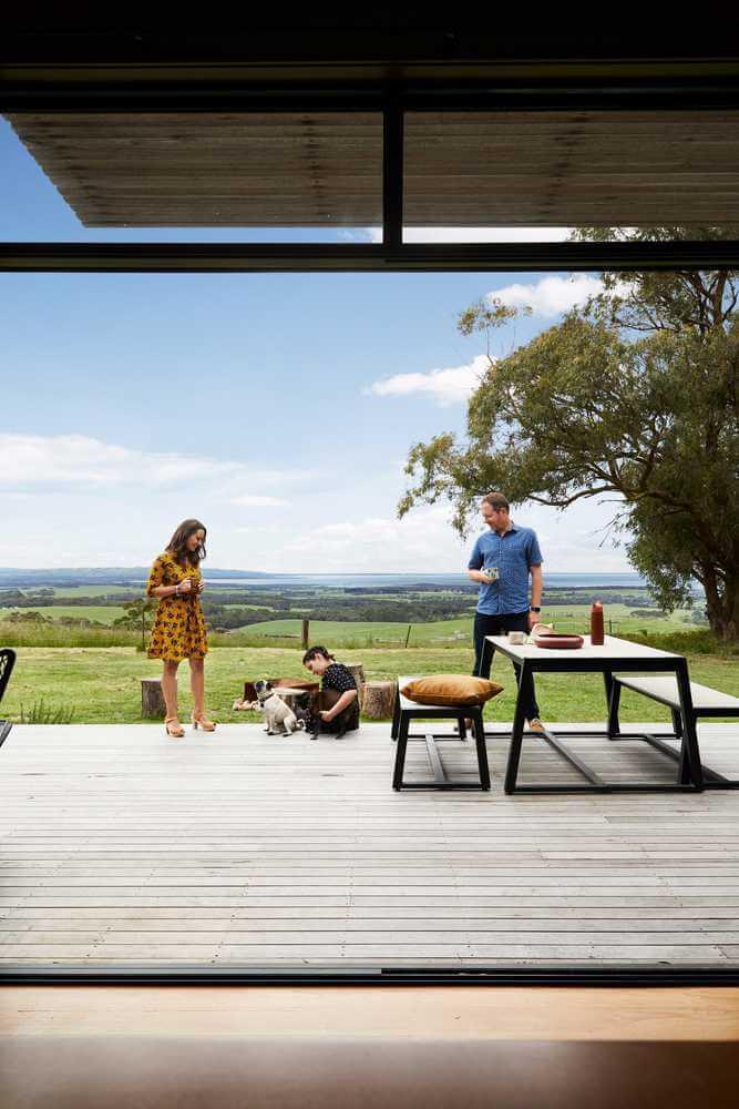 Mái hiên được thiết kế tránh ánh nắng mặt trời vào trong nhà
