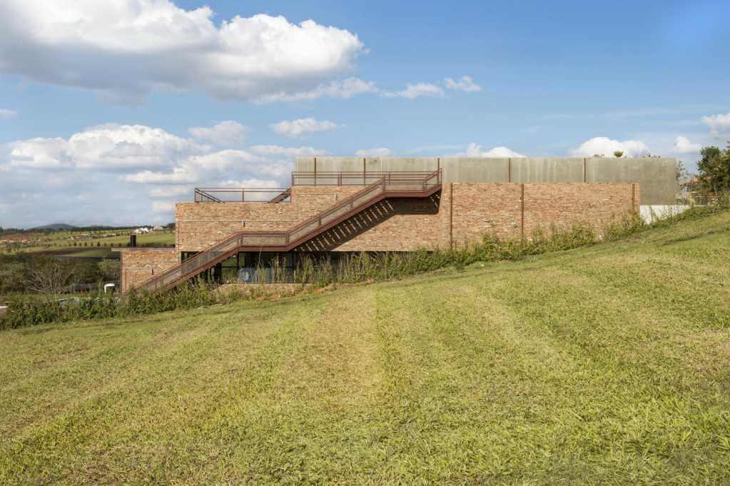 Ngôi nhà thiết kế phù hợp với độ dốc của địa hình