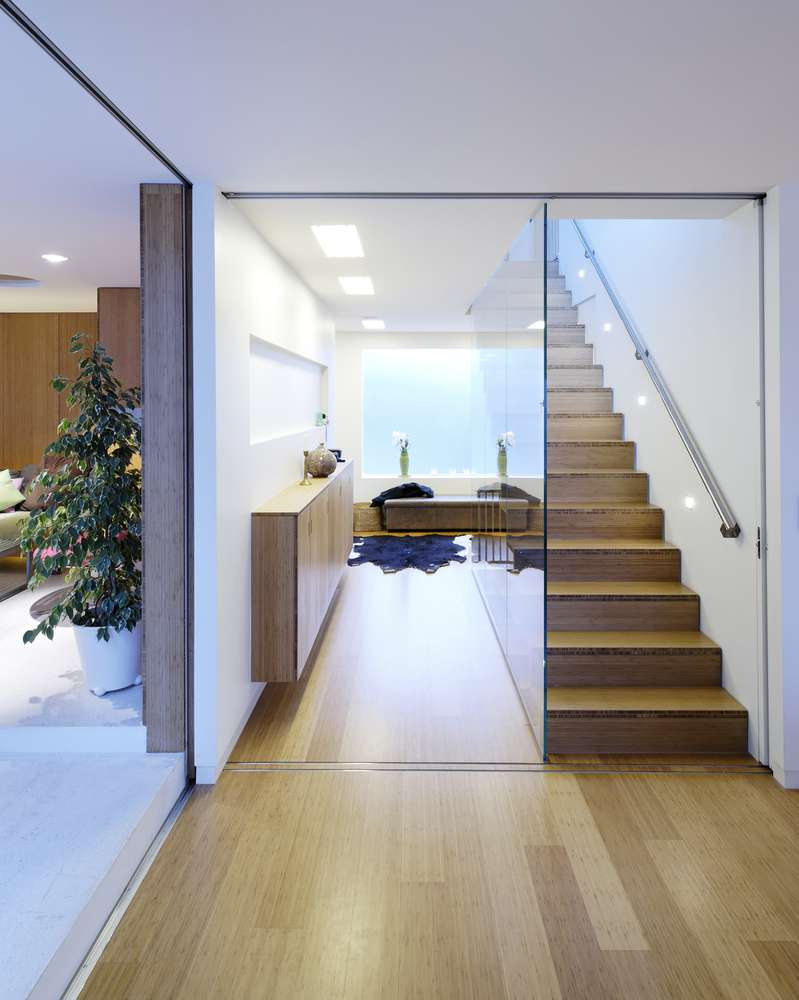 Nội thất đơn giản với gỗ và kính trong không gian
