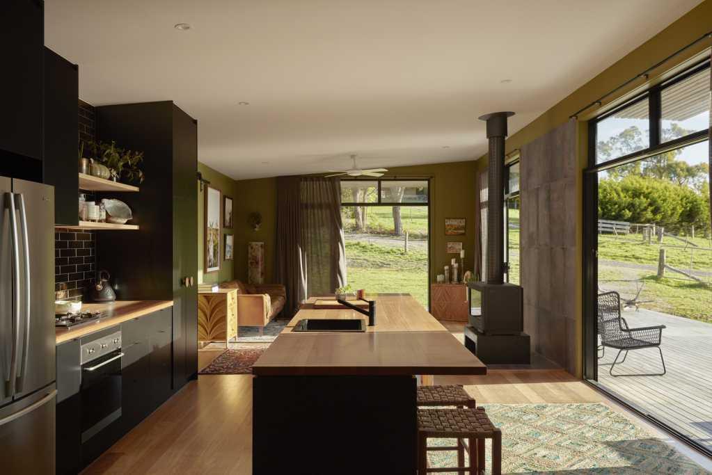 Nội thất sử dụng gỗ tự nhiên cũng những vật liệu khác