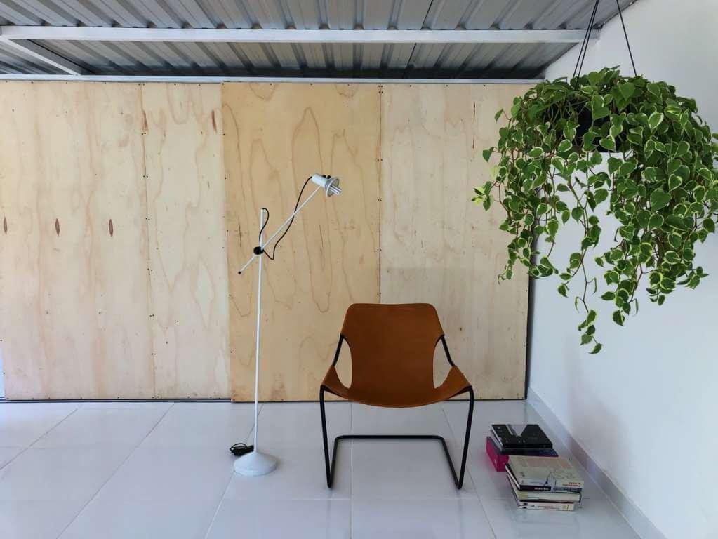 Tấm gỗ được sử dụng để che chắn không gian lưu trữ