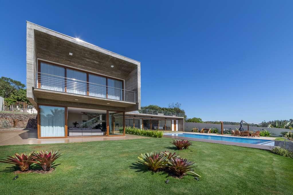 Thảm cỏ xanh, bể bơi và vật liệu bằng kính được sử dụng cho dự án