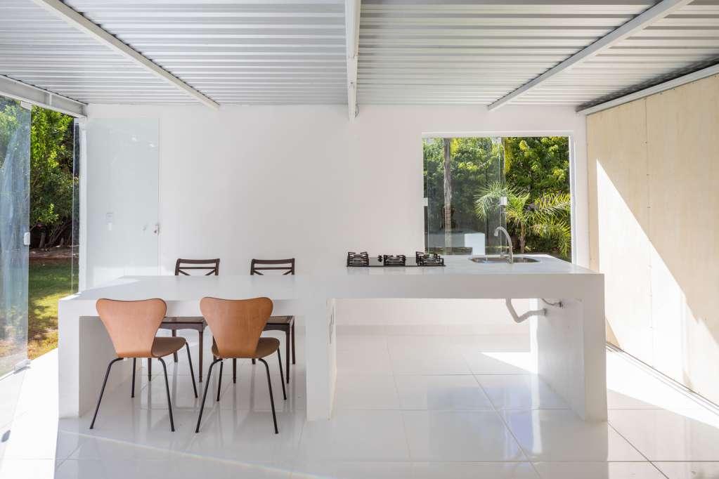 Thiết kế khu vực bàn bếp cạnh cửa kính