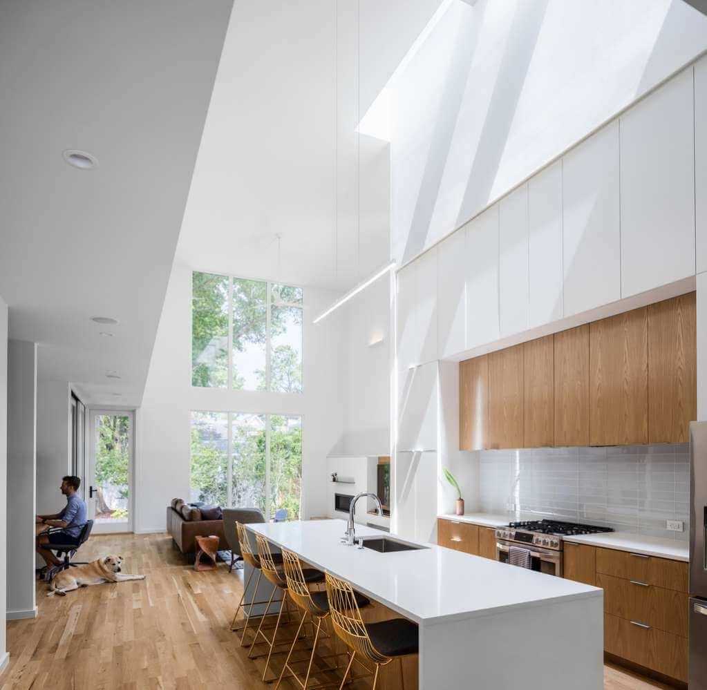 Yếu tố tự nhiên như ánh sáng và gỗ tự nhiên được đưa vào trong thiết kế